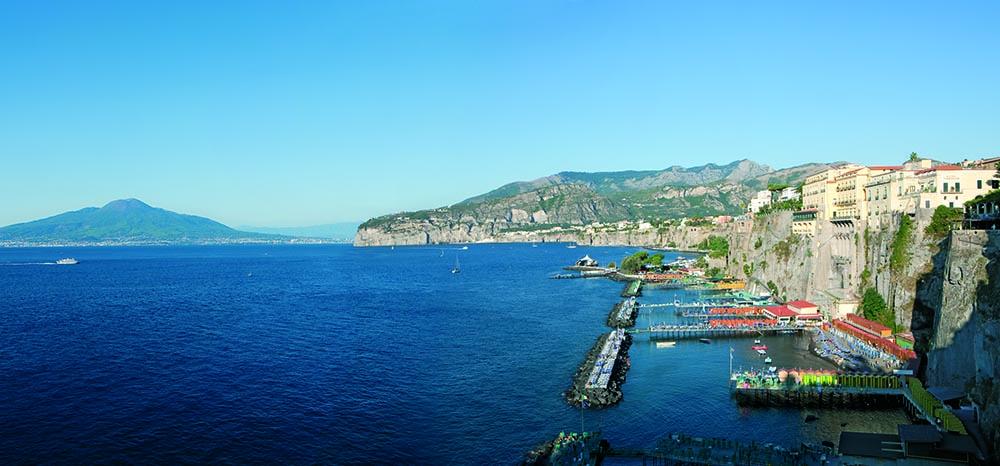 Hotel_a_Sorrento_Hotel_Jaccarino_spiaggia_hotel_tramontano_vista_da_lontano